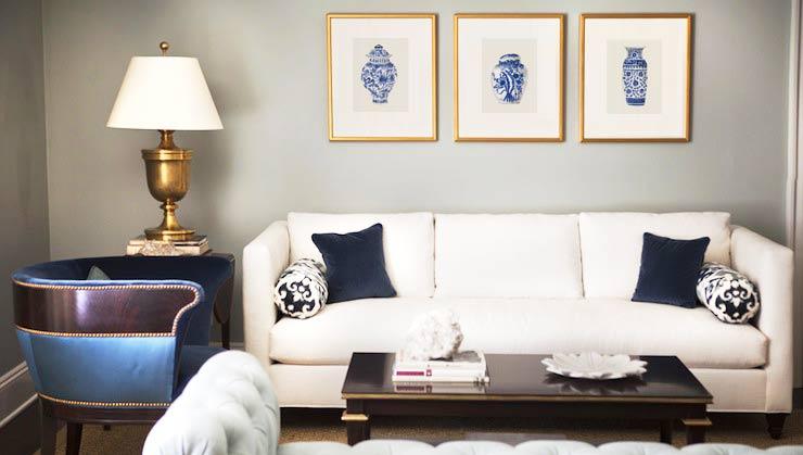 Salón decorado con 3 láminas de jarrónes chinos azules de la artista Elena Calonje
